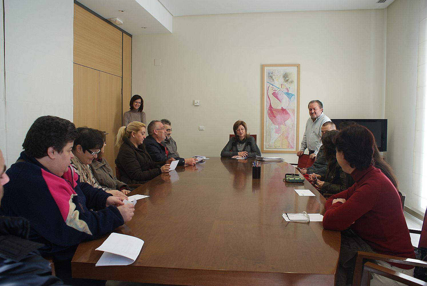 Ajuntament d 39 alaqu s prensa la alcaldesa de alaqu s firma los primeros contratos de la bolsa de - Trabajo en alaquas ...